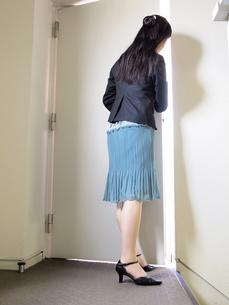 扉をのぞき込む女性の写真素材 [FYI00317054]