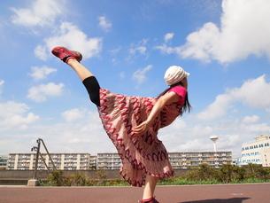 後ろ足を上げる女性の写真素材 [FYI00317057]