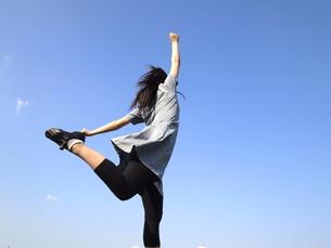 後ろ足を曲げる女性の写真素材 [FYI00317058]