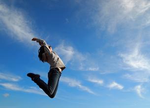 横向きでジャンプの写真素材 [FYI00317060]