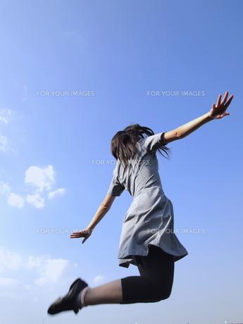 ワンピースでジャンプする女性の写真素材 [FYI00317066]
