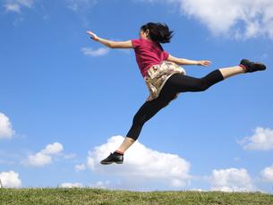 ジャンプする女性の写真素材 [FYI00317089]