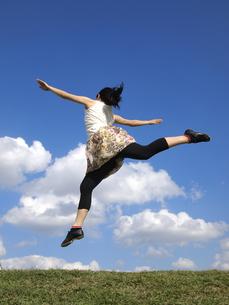 ジャンプする女性の写真素材 [FYI00317098]