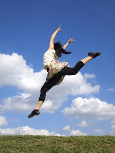 ジャンプする女性の写真素材 [FYI00317100]