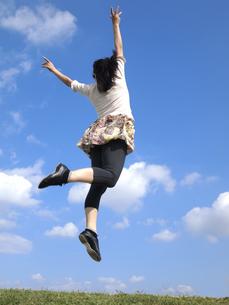 ジャンプする女性の写真素材 [FYI00317101]