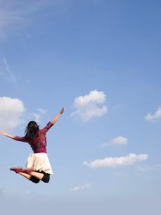 ジャンプする女性の写真素材 [FYI00317104]
