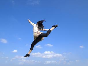 ジャンプする女性の写真素材 [FYI00317108]