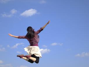 ジャンプする女性の写真素材 [FYI00317113]