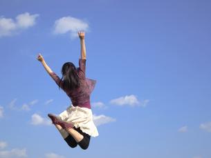 ジャンプする女性の写真素材 [FYI00317114]