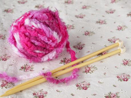 ピンクの毛糸玉の写真素材 [FYI00317120]