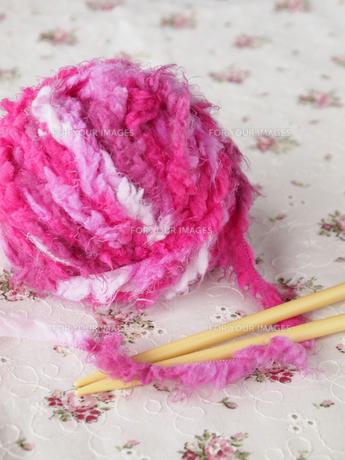 ピンクの毛糸玉の写真素材 [FYI00317125]
