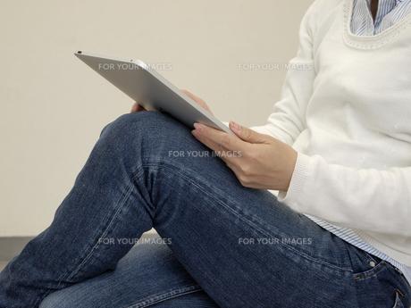 電子書籍を読む女性の写真素材 [FYI00317126]