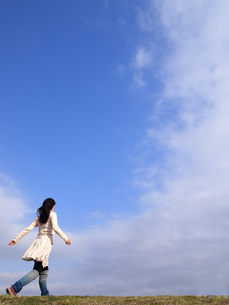 青空と散歩する女性の写真素材 [FYI00317153]