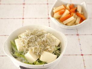 じゃこと豆腐の丼の写真素材 [FYI00317154]