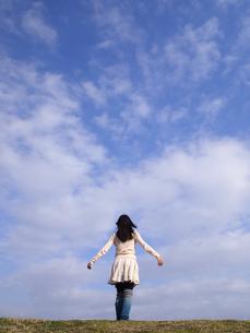青空と女性の写真素材 [FYI00317164]