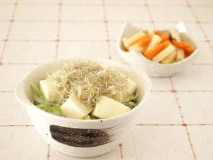 じゃこと豆腐の丼の写真素材 [FYI00317169]