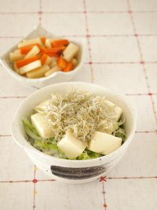 じゃこと豆腐の丼の写真素材 [FYI00317175]