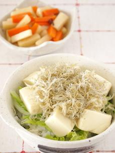 じゃこと豆腐の丼の写真素材 [FYI00317180]