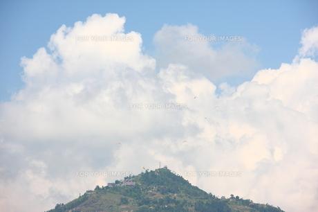 雲をバックにしたパラグライダーの写真素材 [FYI00318019]