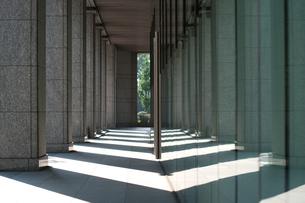 シンメトリーな光と影の回廊の写真素材 [FYI00318238]