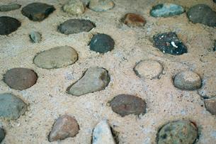 ランダムに埋め込まれた石の写真素材 [FYI00318240]