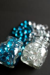 溢れ出す青と透明のおはじきの写真素材 [FYI00318244]