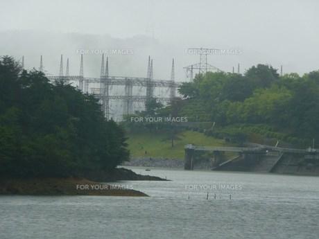 霧雨の発電所の写真素材 [FYI00318861]