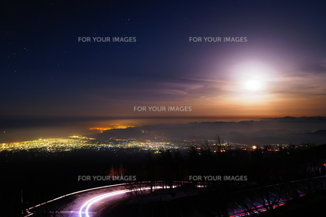 天空の月明り②の写真素材 [FYI00318995]