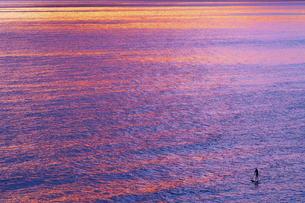 パドルサーフィンと夕凪の写真素材 [FYI00319013]