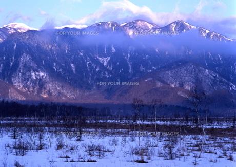 冬の山と戦場ヶ原 の写真素材 [FYI00319096]