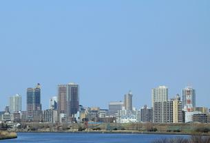 川の向こうの未来都市の写真素材 [FYI00319147]