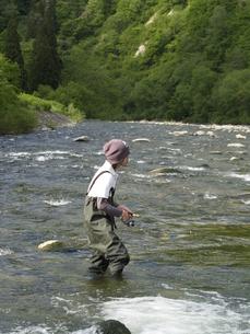 釣りをする男性の写真素材 [FYI00319423]