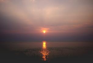 能登湾に沈む夕日の写真素材 [FYI00319467]