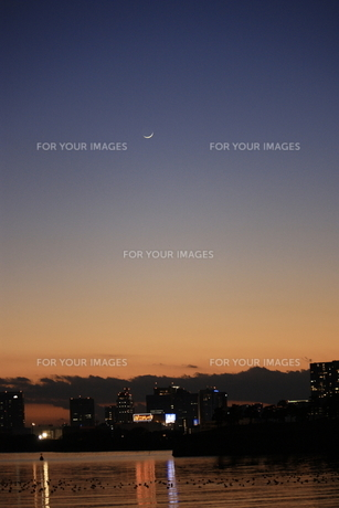 月のある夜景の写真素材 [FYI00319494]