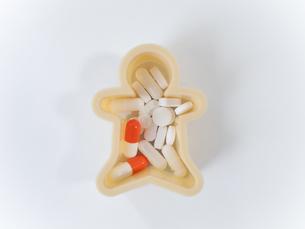 薬と人型の写真素材 [FYI00319733]