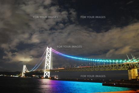 光を放つ明石海峡大橋と青く光る海の写真素材 [FYI00319801]