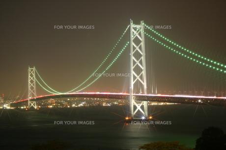 赤い光で繋がる明石海峡大橋の写真素材 [FYI00319803]