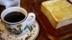 厚切りトーストとコーヒーの写真素材 [FYI00320047]