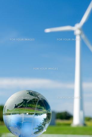 風車とガラス地球儀の写真素材 [FYI00320603]