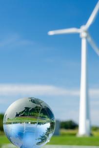 風車とガラス地球儀の素材 [FYI00320603]