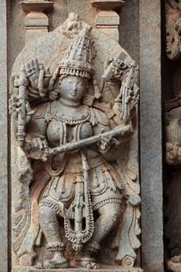 ケーシャヴァ寺院の壁面の神像彫刻の写真素材 [FYI00320604]
