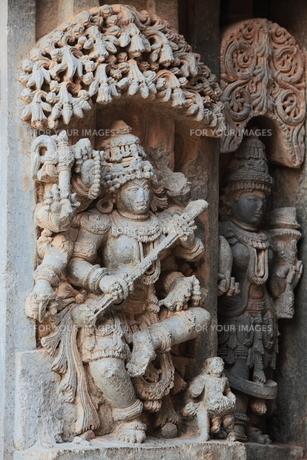 ケーシャヴァ寺院の壁面の神像彫刻の写真素材 [FYI00320607]