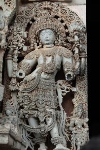 チェンナケーシャヴァ寺院の壁面の神像彫刻の写真素材 [FYI00320614]