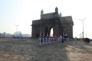 ムンバイのインド門前の儀仗兵の写真素材 [FYI00320954]