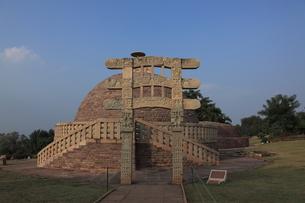 サーンチーの仏教建造物 第三仏塔の写真素材 [FYI00321143]