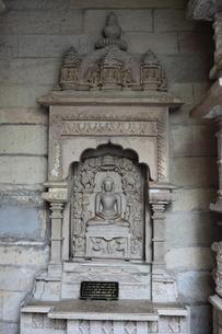 カジュラーホの建造物群 東群のシャーンティナータ寺院の祖師像の写真素材 [FYI00321230]