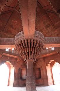 ファテープル・シークリー 宮廷地区の内謁殿の中央柱上の玉座の写真素材 [FYI00321302]