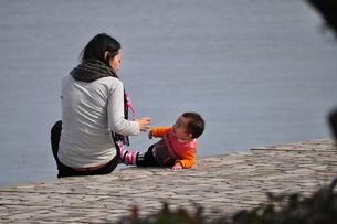 母と子の日向ぼっこの写真素材 [FYI00321387]