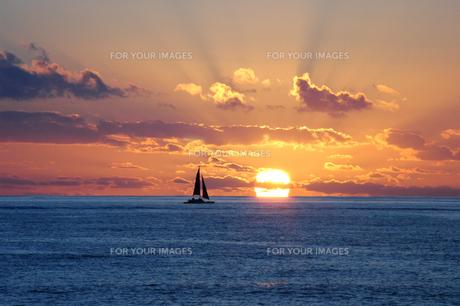 夕焼けの海の写真素材 [FYI00321441]