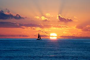 ハワイ サンセットビーチの夕日の写真素材 [FYI00321446]